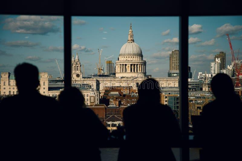 Londyn St Paul ` s katedra, widok od tate modern z Sylwetkowymi bezimiennymi ludźmi obrazy royalty free