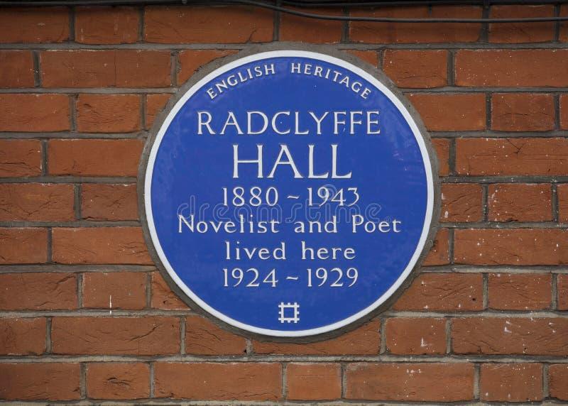 Londyn, 17th 2019 Lipiec, UK, Błękitna plakieta upamiętniać Radclyffe Hall poety i powieściopisarza obraz royalty free