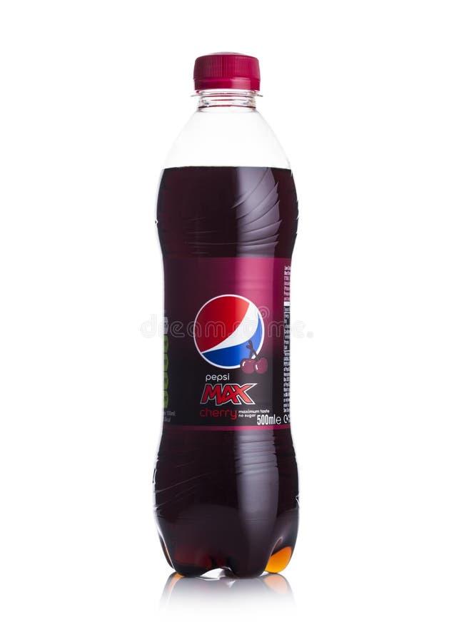 LONDYN, UK - CZERWIEC 01, 2018: Plastikowa butelka Pepsi koli Czereśniowy miękki napój na bielu Amerykański wielonarodowy jedzeni zdjęcie royalty free