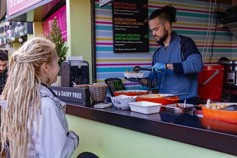 Londyn, UK - 20, Grudzień 2018: Uliczny jedzenie stojak w Camden kędziorka rynku lub Camden miasteczku w Londyn, Anglia, Zjednocz obraz stock