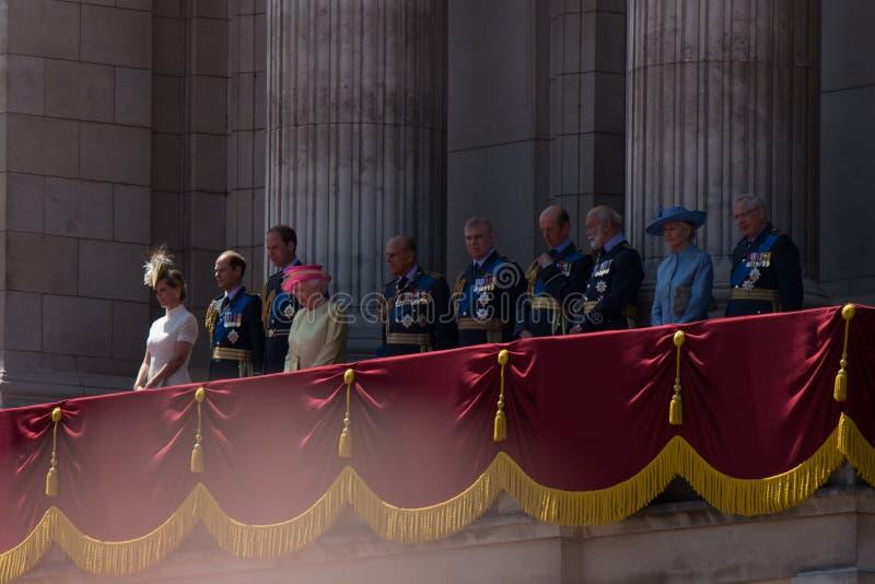 LONDYN, UK - królowa Elisabeth i rodzina królewska na balkonie buckingham palace na Brytania dniu II zdjęcie stock