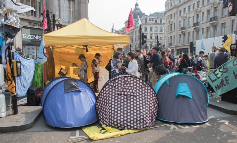 Londyn, UK, Kwiecień 17 2019 - namioty należy wygaśnięcie bunta zmiana klimatu aktywiści blokują ulicy Oxford Circus zdjęcia stock