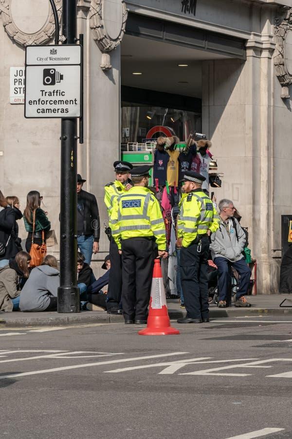 Londyn, UK - Kwiecień 15, 2019: Wielkomiejscy funkcjonariuszów policji patrole przy Oksfordzką ulicą Wygaśnięcie bunta ucze fotografia stock
