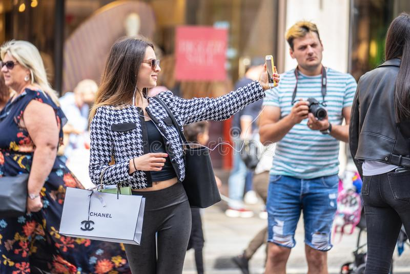 Londyn, UK, Lipiec 14, 2019 Dziewczyna w Londyn bierze selfie Wybrana ostro?? zdjęcia royalty free