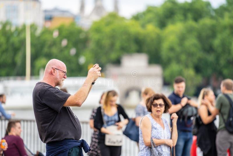 Londyn, UK, Lipiec, 2019 Zamyka w górę portreta szczęśliwi atrakcyjni ludzie bierze selfie w Londyn fotografia royalty free