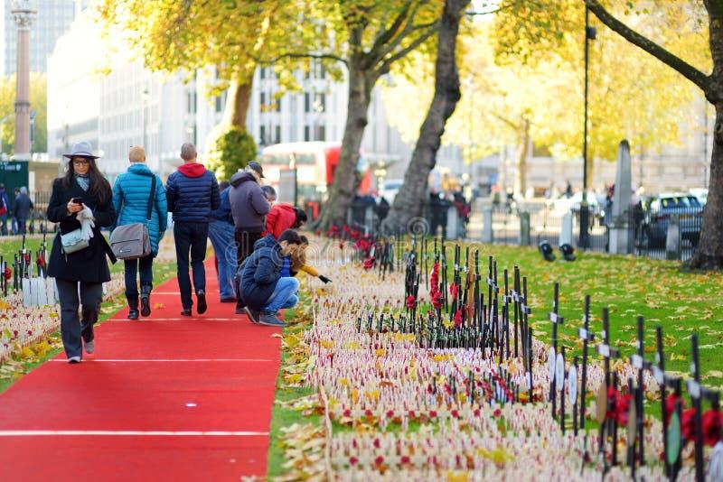 LONDYN, UK - LISTOPAD 19, 2017: Maczek krzyżuje przy opactwo abbey polem wspominanie pamiętać wojskowego i cywilów wh, zdjęcia royalty free