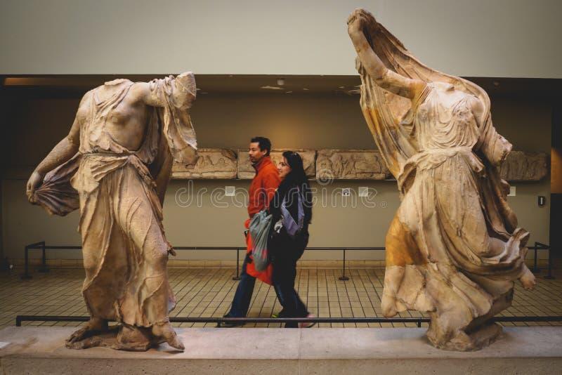 Londyn, UK - Listopad 2017 Turyści w British Museum fotografia stock