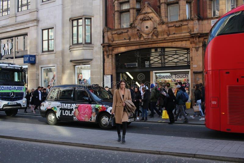 LONDYN, UK - Luty 16, 2018: Oksfordzki Cyrkowy stacja metru budynek na Oksfordzkiej ulicie, Stary Środkowej linii kolejowy budyne obrazy royalty free