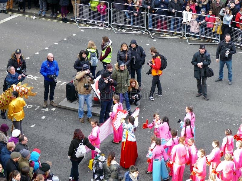 LONDYN, UK - 14 2016 LUTY: Prasowy moment młode dziewczyny w Ch obraz royalty free