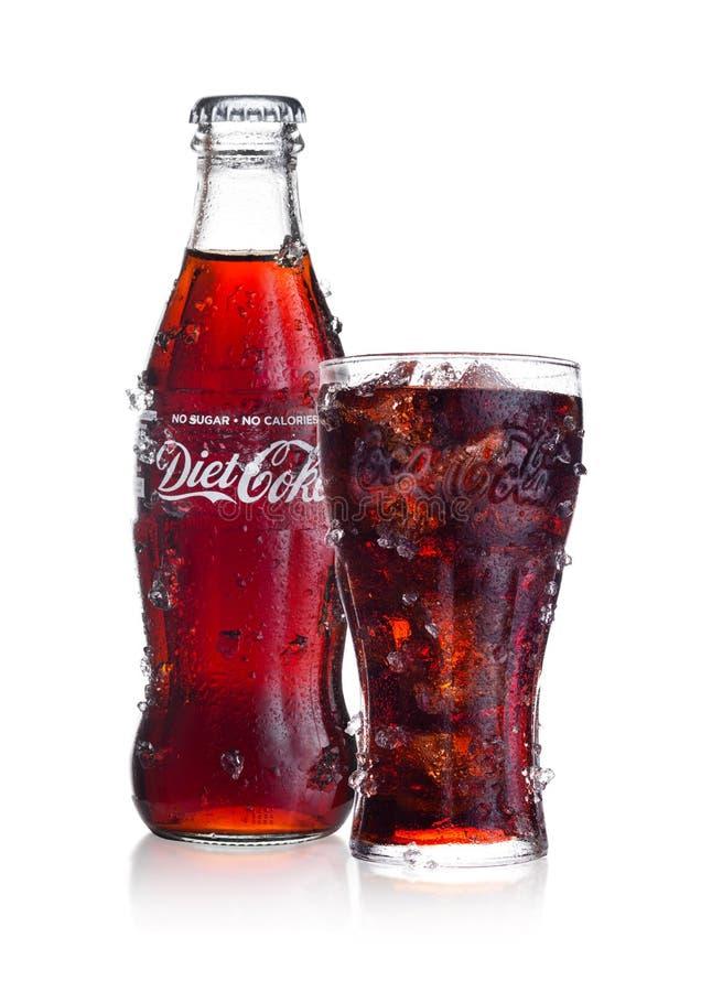 LONDYN, UK - LUTY 02, 2018: Zimna butelka i szkło diety koka-kola pijemy z lodem i rosą na bielu Napój produkuje i fotografia royalty free