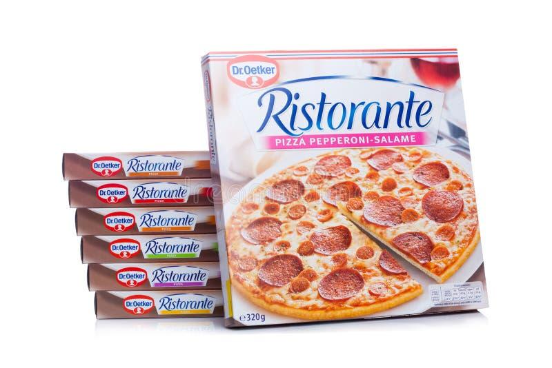 LONDYN, UK - MARZEC 01, 2018: Pudełka Dr Oetker pizzy pepperoni na białym tle obrazy stock