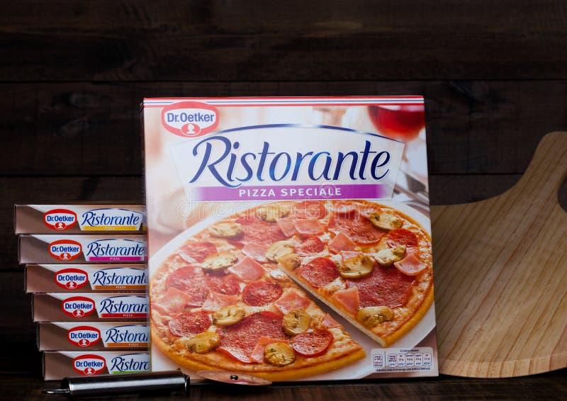 LONDYN, UK - MARZEC 01, 2018: Pudełka Dr Oetker pizzy pepperoni na drewnianym tle z deską obraz royalty free