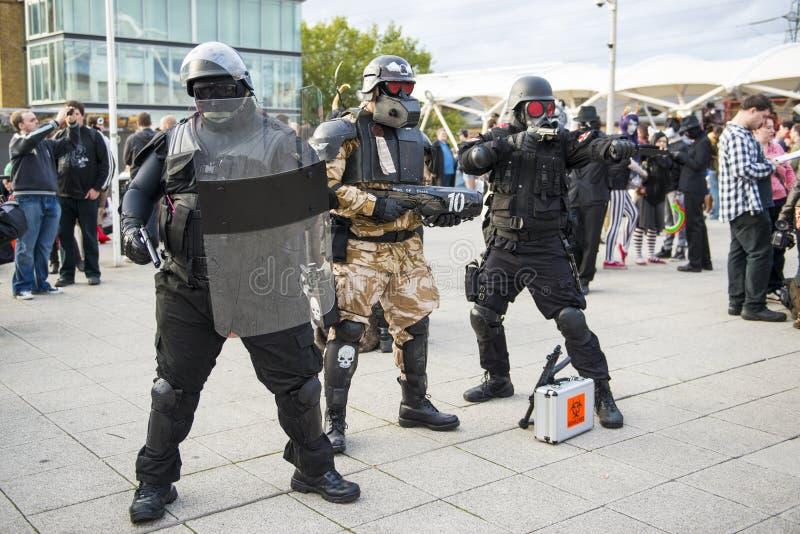 LONDYN, UK - PAŹDZIERNIK 26: Cosplayers ubierał jako charaktery od zdjęcie stock