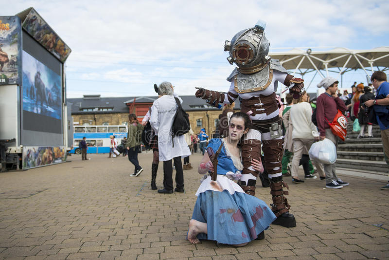 LONDYN, UK - PAŹDZIERNIK 26: Cosplayers ubierał jako Duży ojczulek i Zaświecał zdjęcia royalty free