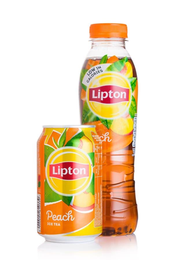 LONDYN, UK - SIERPIEŃ 10, 2018: Aluminiowa puszka i plastikowa butelka Lipton Lodowa herbata z brzoskwinia smakiem na białym tl obraz stock