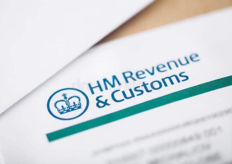 LONDYN, UK - SIERPIEŃ 18, 2018: HM dochód & Customs oświadczenie z kopertami obrazy royalty free