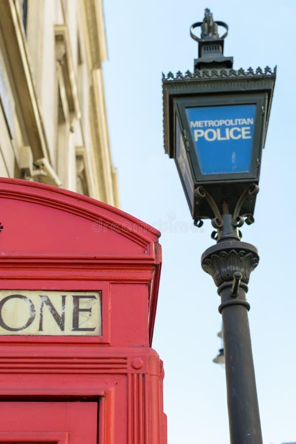 Londyn, UK - 31 2016 Sierpień: Metropolita policja zaznaczał poczta blisko czerwień telefonu symbolu pudełka w Londyn, Anglia zdjęcie royalty free