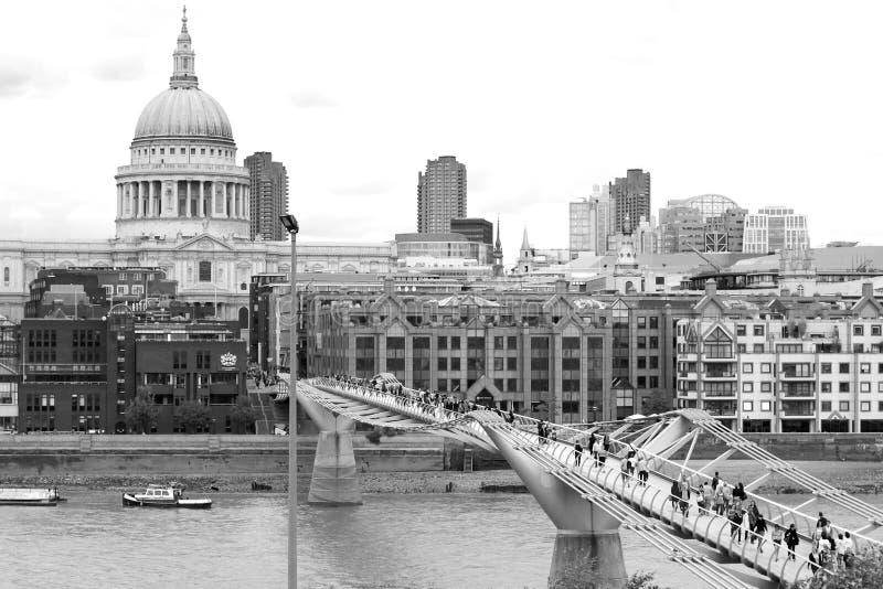 Londyn, UK - Sierpień 18, 2010: niezidentyfikowana grupa turystyczny spacer zdjęcie stock