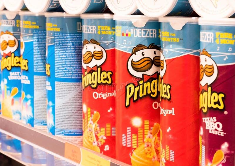 LONDYN, UK - SIERPIEŃ 31, 2018: Pringles frytek chipsów zbiorniki na półce w sklepie spożywczym zdjęcia royalty free