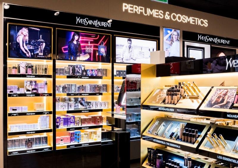 LONDYN, UK - SIERPIEŃ 31, 2018: Yves Saint Laurent i kosmetycznego makeup luksusowa kolekcja w butika sklepie perfumujemy zdjęcie stock
