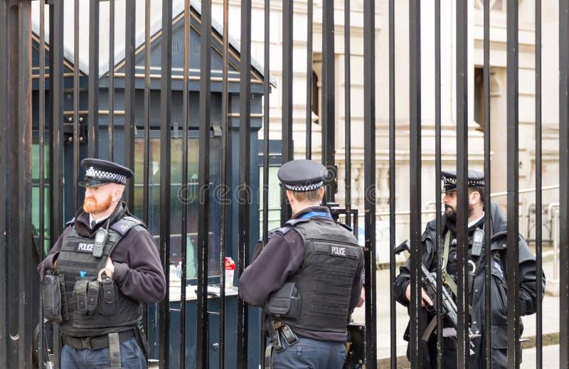 Londyn, UK - 1st Kwiecień, 2017: Funkcjonariuszi policji ochrania gat zdjęcie stock