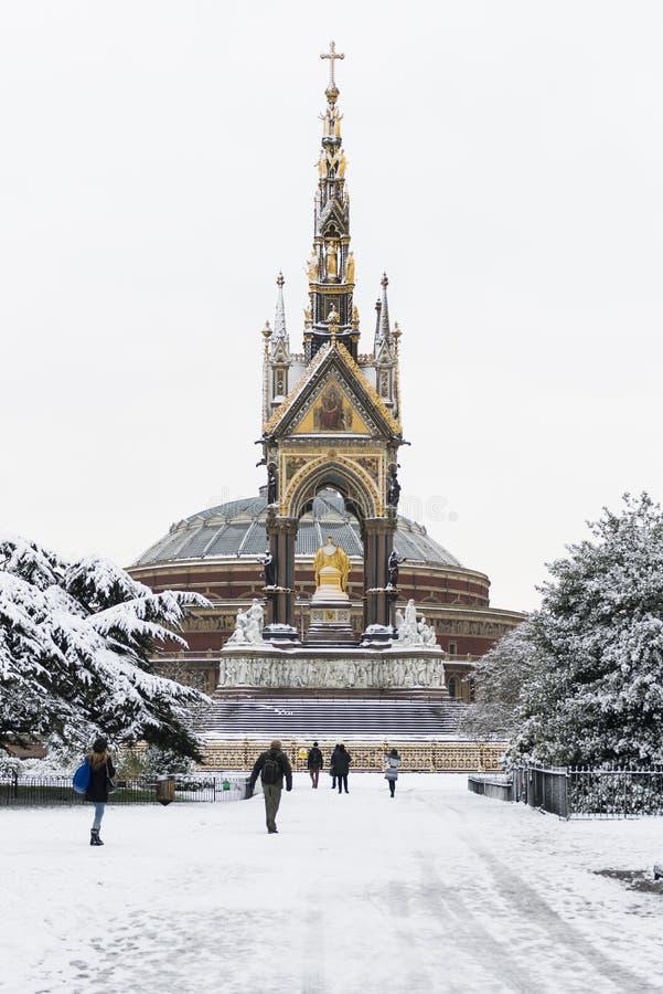 LONDYN, UK - STYCZEŃ 21: Hyde park zakrywający w śniegu z Albert M obrazy royalty free