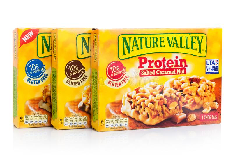 LONDYN, UK - STYCZEŃ 02, 2018: Natury granola proteiny Dolinni crunchy bary w pudełka na z bielem Natury dolina jest Ogólnym Mi zdjęcia royalty free