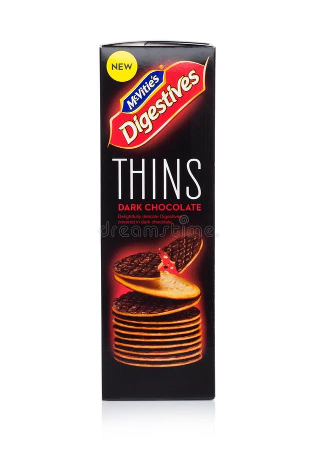 LONDYN, UK - STYCZEŃ 02, 2018: Paczka McVities Digestives cienieje z ciemną czekoladą na bielu zdjęcia royalty free