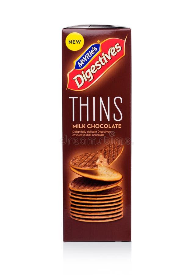 LONDYN, UK - STYCZEŃ 02, 2018: Paczka McVities Digestives cienieje z dojną czekoladą na bielu obrazy stock