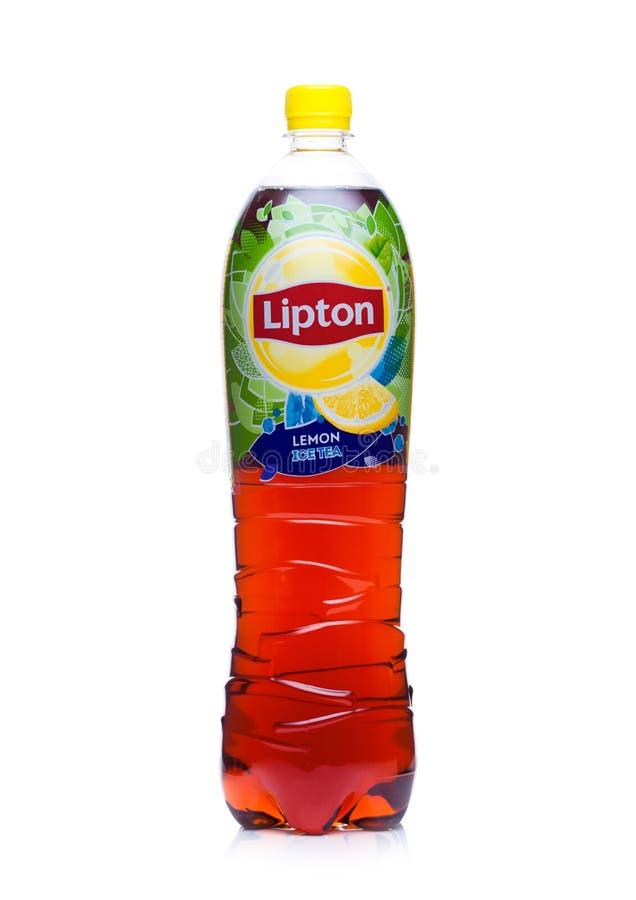 LONDYN, UK - STYCZEŃ 24, 2018: Plastikowa butelka Lipton zielona lodowa herbata na bielu fotografia stock