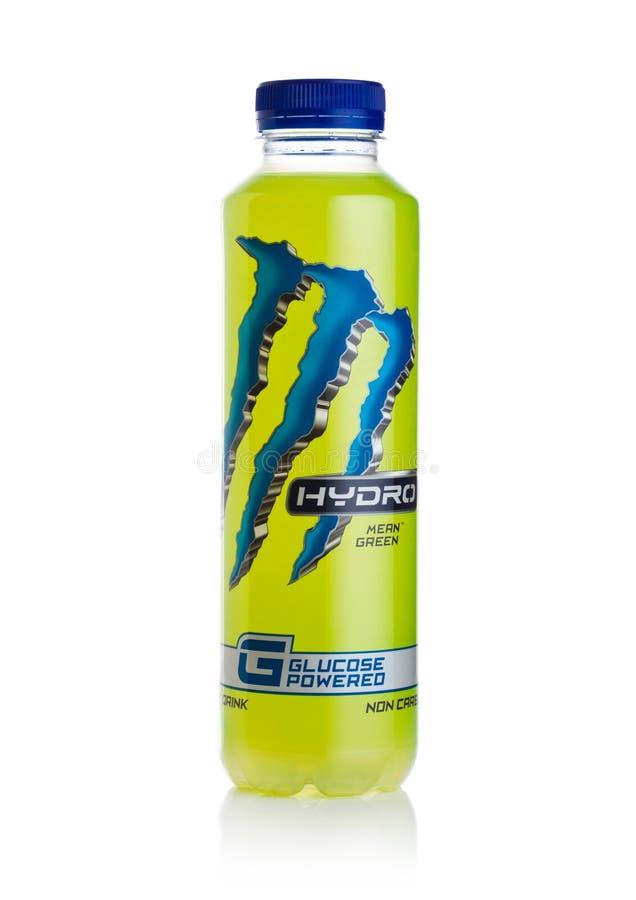 LONDYN, UK - STYCZEŃ 02, 2018: Plastikowa butelka potwór Wodna Energetyczna glikoza zasilał napój na bielu zdjęcie stock