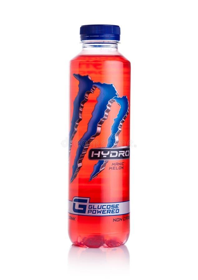 LONDYN, UK - STYCZEŃ 02, 2018: Plastikowa butelka potwór Wodna Energetyczna glikoza zasilał napój na bielu fotografia stock