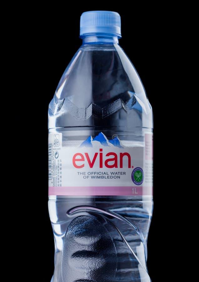 LONDYN, UK - WRZESIEŃ 03, 2018: Plastikowa butelka Evian Naturalna woda mineralna na czarnym tle france zrobił zdjęcia royalty free