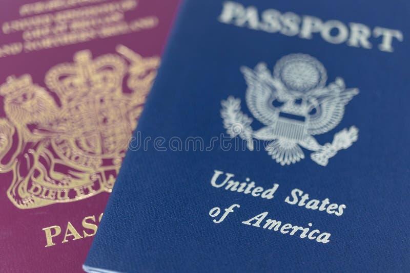 Londyn/Wielka Brytania - 9 października 2019 - paszporty brytyjskie i amerykańskie, makro skrajnie zamknięte z płytką głębokością obrazy stock