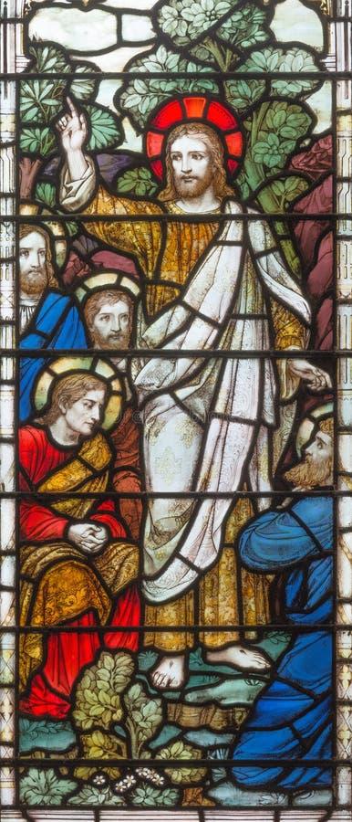LONDYN, WIELKI BRYTANIA: Apparition resurected Jezus apostoł na witrażu w kościelnej Świętej trójcie Brompton zdjęcia royalty free