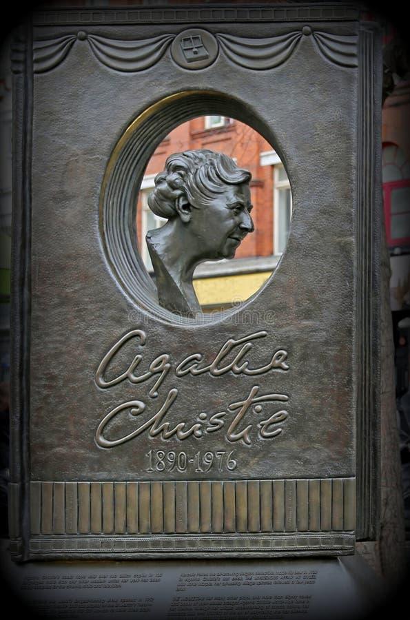 Londyn Wielki Brytania, Maj, - 25, 2016: Agatha Christie pomnik zdjęcia stock