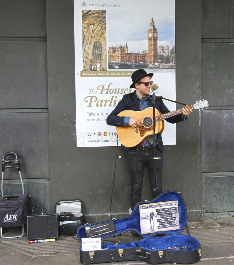 Londyn Wielki Brytania, Maj, - 22, 2016: gitarzysta bawić się na ulicie Londyn obrazy royalty free