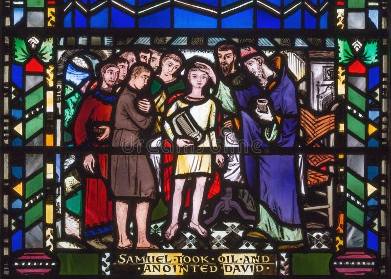LONDYN WIELKI BRYTANIA, WRZESIEŃ, - 16, 2017: Scena namaszczenie David Samuel na witrażu w kościół St Etheld fotografia royalty free