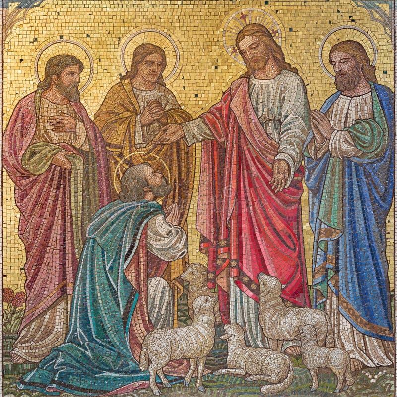 LONDYN WIELKI BRYTANIA, WRZESIEŃ, - 17, 2017: Scena w mozaice 'Feed mój sheep' - Jezus daje władzie St Peter fotografia stock
