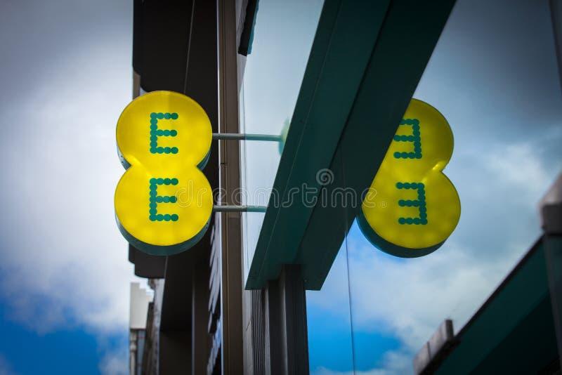 Londyn, Wielki Londyn, Zjednoczone Królestwo, 7th 2018, A znak i logo dla EE wiszącej ozdoby Luty, obraz stock