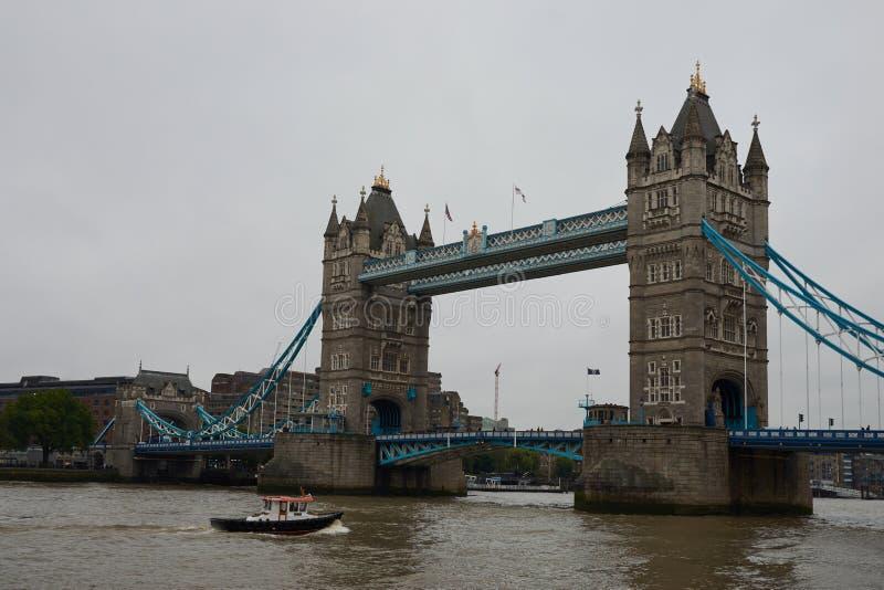 Londyn Zjednoczone Królestwo, Czerwiec, - 10 2019: Basztowy most nad rzeka Thames w deszczowym dniu Dziejowy i punkcie zwrotny Lo obrazy stock