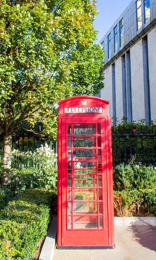 Londyn, Zjednoczone Królestwo - czerwony telefoniczny pudełko w Londyn zdjęcie stock