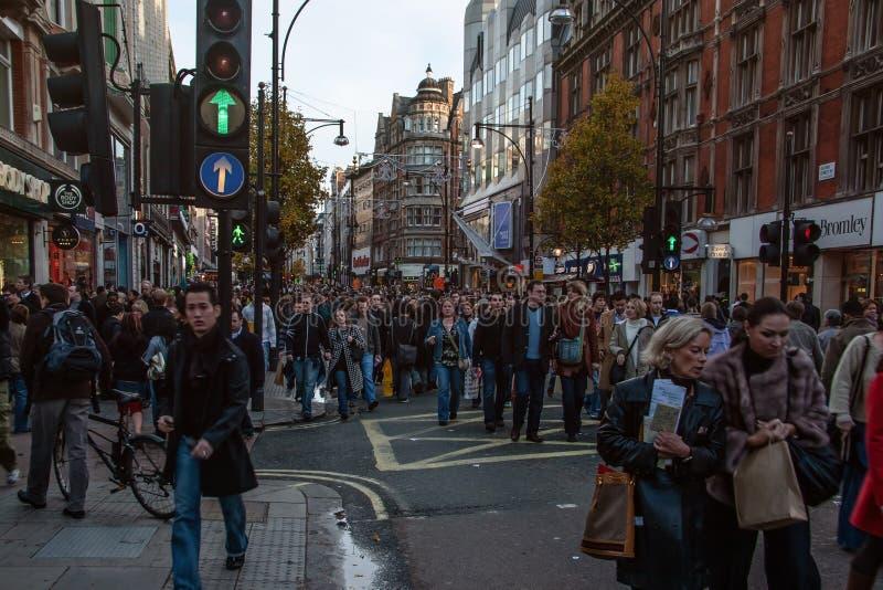 Londyn Zjednoczone Królestwo, Grudzień, - 2nd, 2006: Dziesięć tysięcy pedestrians chodzi na inaczej bardzo ruchliwie drodze podcz obraz royalty free