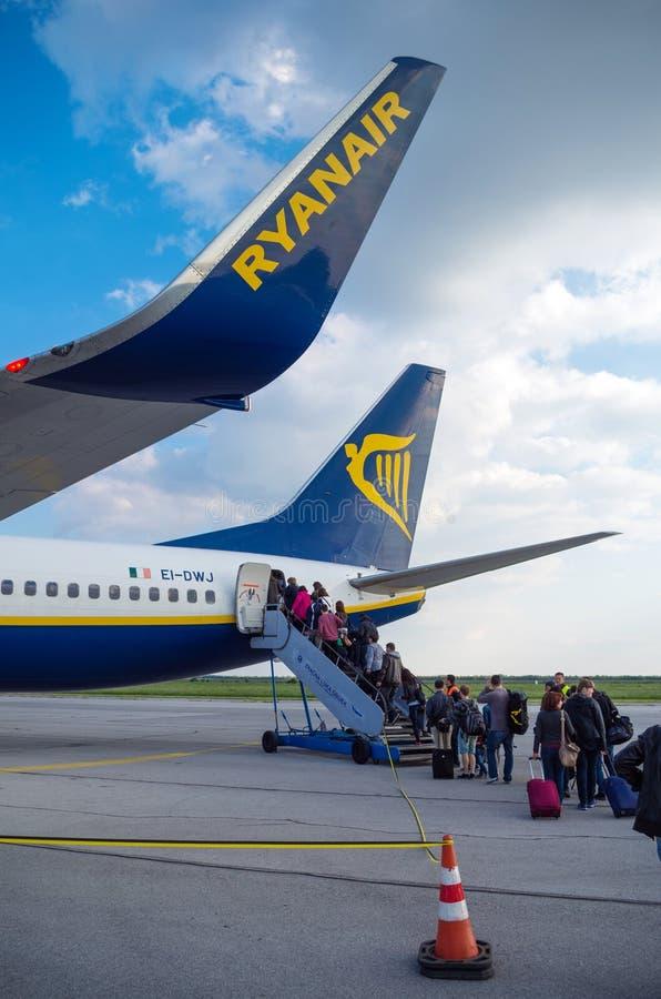 LONDYN ZJEDNOCZONE KRÓLESTWO, Kwiecień, - 12, 2015: Pasażery wsiada Ryanair Boeing B737 w Stansted lotnisku blisko Londyn, UK fotografia royalty free
