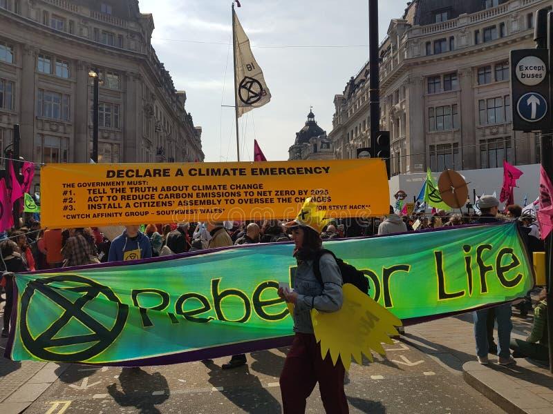 Londyn, Zjednoczone Królestwo, Kwiecień 15th 2019: - wygaśnięcie bunta protestujących blok w Oxford Circus w środkowym Lond zdjęcie royalty free
