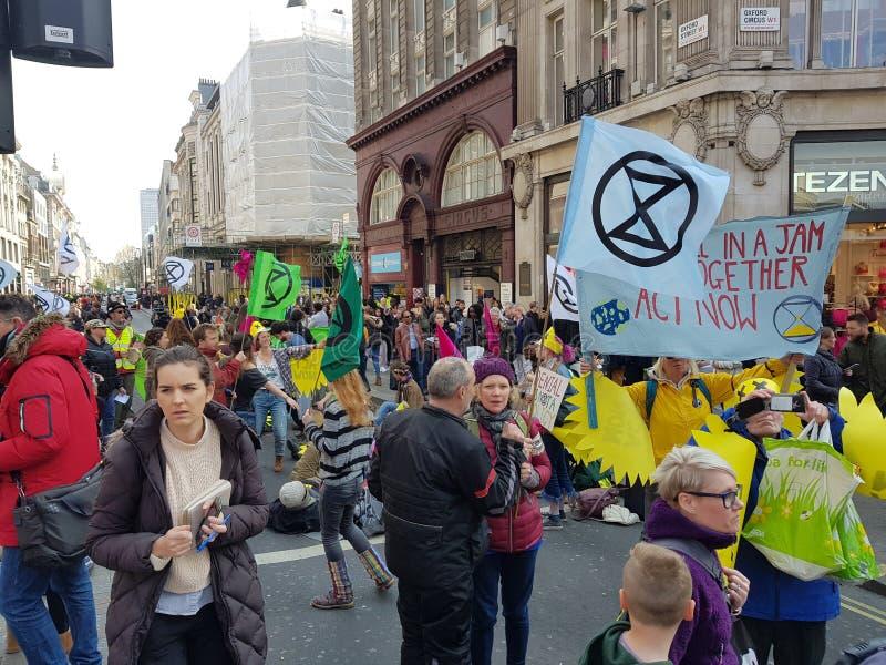 Londyn, Zjednoczone Królestwo, Kwiecień 15th 2019: - wygaśnięcie bunta protestujących blok w Oxford Circus w środkowym Lond obraz stock
