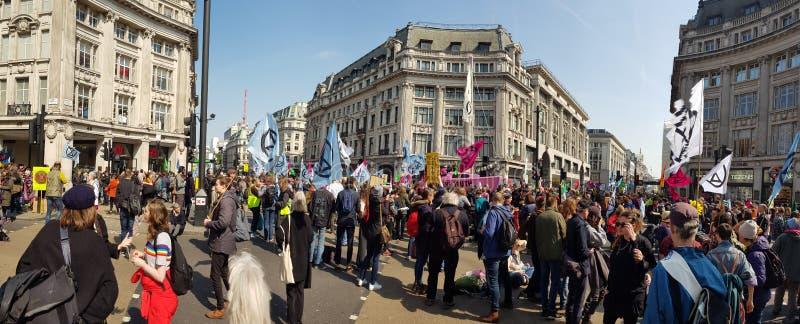 Londyn, Zjednoczone Królestwo, Kwiecień 15th 2019: - wygaśnięcie bunta protestujących blok w Oxford Circus w środkowym Lond fotografia royalty free
