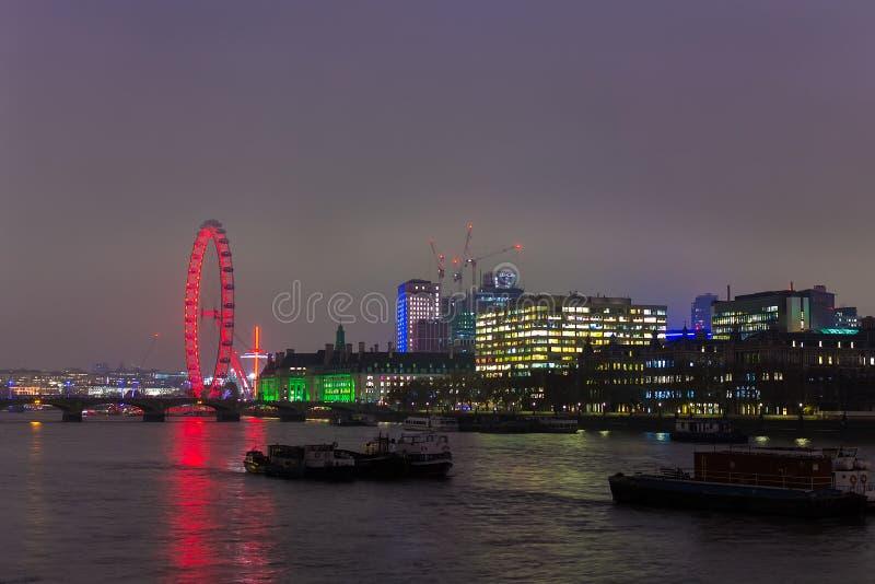 LONDYN ZJEDNOCZONE KRÓLESTWO, LISTOPAD, - 23, 2018: Panorama London Eye i Południowy bank Rzeczny Thames zdjęcia stock