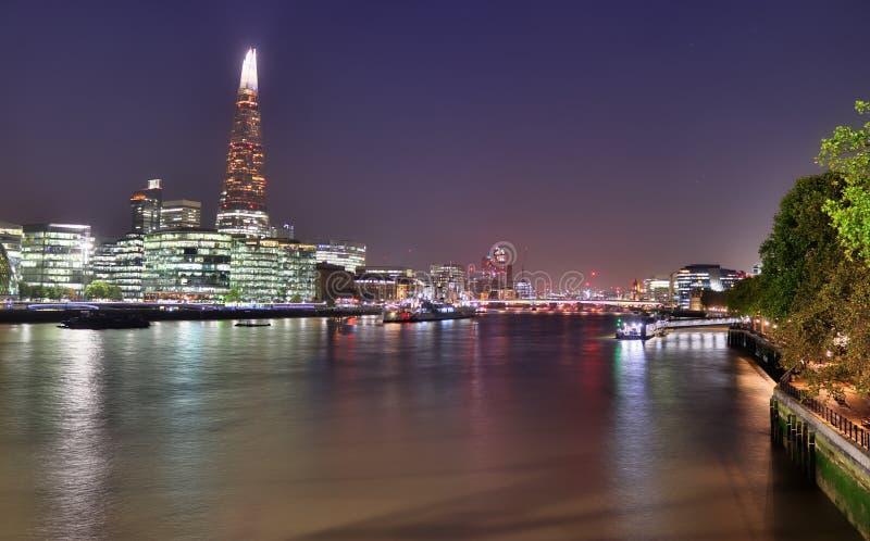 Londyn, Zjednoczone Królestwo - 24 listopada 2019 r.: Widok nocny na londyńskiej Skyline w Thamse River zdjęcie stock