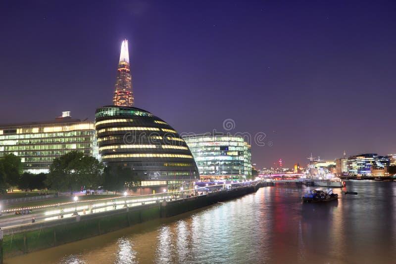 Londyn, Zjednoczone Królestwo - 24 listopada 2019 r.: Widok nocny na londyńskiej Skyline w Thamse River obraz stock